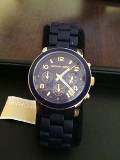 Relógio Michael Kors, pulseira emborrachada marinho,com detalhes em dourado.  Preço:R$750,00