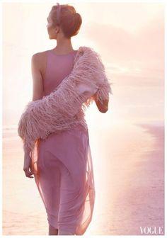 Tempo da Delicadeza, blush feathers gown