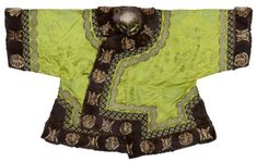 Ma gua, imperial riding concubine's jacket, 1875-1908, Guangxu period. Green satin with woven pattern, sable and lace. Lenght 80cm and width 125 cm. This jacket had three different borders one made of fur, one made of satin and one made of lace that wasn't a chinese technique but was introduced by catholic nuns in the late 19th century.