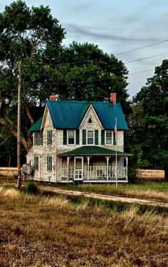 old farmhouse pictures | Old White Farm House | Houses with Character. How gorgeous is this?? So awesome