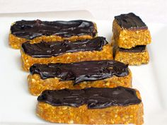 Quinoa Protein Bars satisfy a craving for sweets while maintaining a healthy diet.  #quinoa #proteinbars