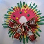 Cute Christmas wreath craft for kids. I love crafts with my kid's hands!