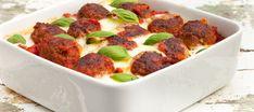 Italiaanse pastaschotel met heerlijk op smaak gebrachte tomatensaus met gehaktballen en mozzarella uit de oven