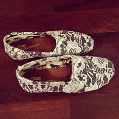 DIY lace toms!