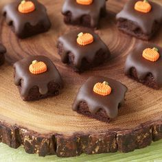 A bright orange pumpkin icing decoration creates a warm fall feeling on these delicious brownie bites. Bake them in the bite-size brownie squares silicone mold and add the rich, fudgy glaze using Wilton's heated chocolate decorator icing.