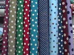 CRESPÓN: Tejido delgado arrugado que generalmente se produce retorciendo muchos de los hilos de urdimbre y trama; es fabricado en lana, seda, algodón, rayón, hilo y también por combinaciones de estos. Generalmente va estampado y se usa mucho en trajes femeninos.