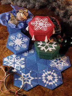 holiday, gift boxes, epattern central, canva pattern, plastic canvas patterns free, canva awesom, snowflak shape, paint needlepoint, needlepoint canvas