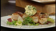 Brochette van scampi's, Sint-jakobsnootjes en spek met kruidenboter - Recept | VTM Koken