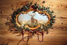 Applique a due luci in ferro battuto dipinta a mano - Decoro: Dipinto con soggetto un cervo