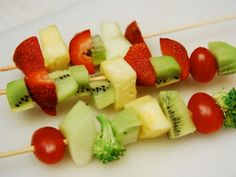 4th of july picnic Cool project from www.kiwicrate.com/diy: Fruit and Vegetable Kabobs