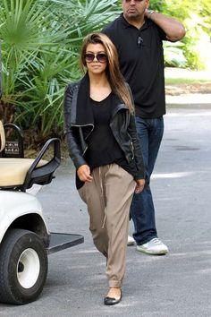 Kourtney Kardashian PERFECT travel outfit: harem pant, flats, tee, blazer, and shades for warding off paparazzi (;