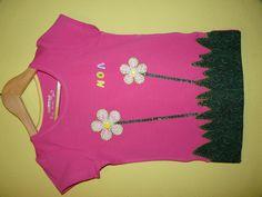 Camiseta con flores, hierba y nombre con botones