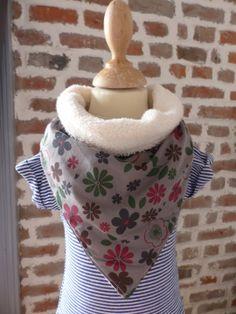Bavoir bandana éponge écru et fleurs grises : Mode Bébé par fee-home