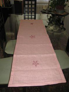 Camino de mesa en lino, ribeteado con vainica y bordado a punto de cruz