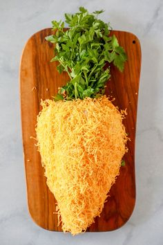 I just love this cute carrot for an easy Easter appetizer! It's so fun and easy to make, and it tastes delicious.A cheese ball is the perfect appetizer for Easter brunch or dinner. You can make it several days ahead and assemble it right before the party. #carrot #appetizer #easter