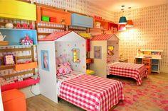Decoração de quartos para inspirar - Mas e se forem gêmeas? A MAK Interiores desenvolveu um ambiente para aguçar os sentidos das crianças. O grande destaque são as camas em forma de cabanas e o uso de cores fortes como azul turquesa, verde, pink e laranja