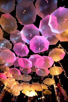 Umbrella canopy. Easy DIY wedding idea. Use white umbrellas and let the lighting do the work! Umbrella Party, Umbrella Wedding, Diy Event Lighting, White Umbrella, Umbrella Canopy, Umbrella Canopi, Decorating With Umbrellas, Umbrella Lights, Parti