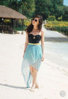 Really cute beach look, love the skirt!