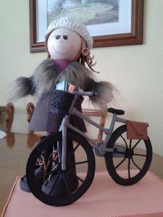 ,una profesora de inglés q le gusta ir en bicicleta. Con su abrigo,sus botas ,sus libros de inglés .......no le falta detalle.