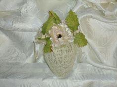 Uova pasquali: filo di lana con fiori applicati