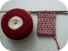knitting with two colours: wind a ball in a ball. All the twisting makes it necessary to unwind the two strands every now and then.