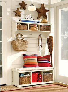 Entryway and mudroom organization ideas  www.casasdepelicula.blogspot.com