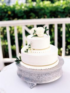 Gold detailed cake: http://www.stylemepretty.com/destination-weddings/2013/11/20/maui-wedding-from-wendy-laurel-6/ | Photography: Wendy Laurel - http://www.wendylaurel.com/