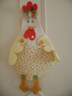 Este puxa saco em forma  de galinha  feito em tecido cru de algodao  tecido 100%algodao  com detalhes bolso na  frete Ela e  uma graça  delicada e bem colorida  tem varias cores em tecidos R$ 45,00