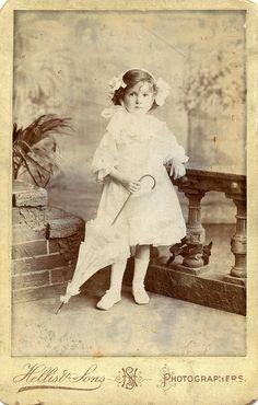 Fille Avec Un parasol. Doris, à l'âge de 3 ans et 10 mois. par benicektoo, via Flickr