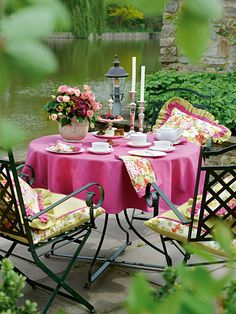 English - Who would not take a seat here and enjoy nature? The country style fabrics of this collection embellish the outdoor area and make it a little paradise.