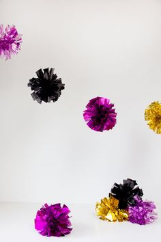 Guirnaldas de pompones brillantes, con tutorial! / DIY Fringe Mylar Poms, de Studio DIY