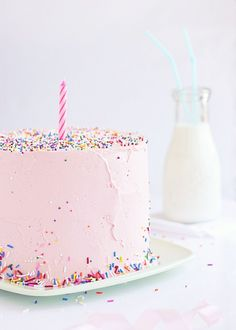 For those who prefer not to announce their age, a single candle is always classy.   35 Amazing Birthday Cake Ideas