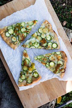 Pizza bianca con zucchine e mozzarella di bufala - INGREDIENTI per la pasta della pizza (ne vengono circa 5) 1 kg di farina biologica rimacinata di grano etrusco, macinata a pietra 500 ml di acqua tiepida + altri 300 ml circa 1 pizzicotto di sale marino integrale 7 g di lievito di birra fresco 2 cucchiai di olio extravergine di oliva toscano Ingredienti per condire 2 pizze 4 zucchine chiare con fiore Acciughe sottolio 300 g di mozzarella di bufala Erba cipollina Olio extravergine di oliva Sale