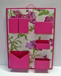 Organizador de materiais de escritório de parede. Cartonagem com revestimento tecido estampado e papel. Ideal para não ocupar espaço em sua mesa de escritório. R$75,00