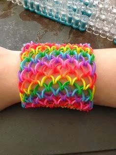 Rainbow Loom Patterns: Dragon Scale Cuff Rainbow Loom Pattern (youtube tutorial) See more: http://rainbowloompatterns.blogspot.com