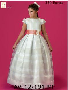 Vestido en organza marfil con múltiples jaretitas de hilo, rematado con fajín color coral. Disponible en todas las tallas y medidas en Novias Cira a 330€