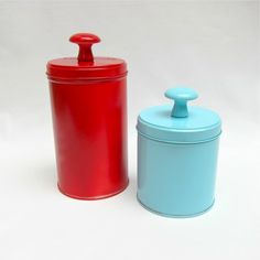 DIY Storage Tins: turn tin containers w/ a lid into canisters by adding a knob and spray painting a favorite color.
