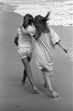 Girlfriends | Sisterhood | North Carolina 1989 Photo by Harold Feinstein | seaside | friendship | sweet