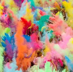 Image: People throw colored powder during the Hindu Holi festival in Berlin (© Thomas Peter/Reuters)