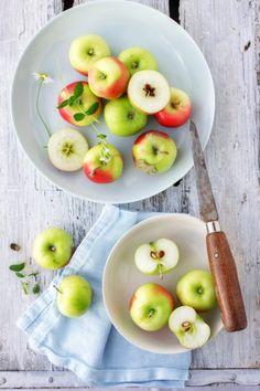 Jabłka. Obrane ze skórki i pokrojone na plasterki.
