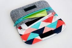 Zip Pocket Pouch, modified pattern by Michelle patterns. Fabrics are Essex yarn dyed linen in black and waterfront park. | Flickr - Photo Sh...