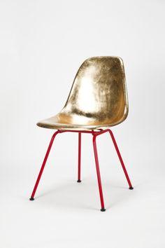 DIY: spray oldies goldie. metallic furniture diy, gold furniture diy, oldi goldi, eames, painted chairs, reading chairs, old chairs, side chairs, golden chair