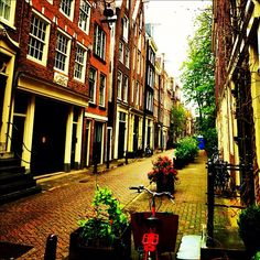#tnw2012 My favorite street in #amsterdam to live in: Langestraat. And my favorite house on the left. Just sold :(