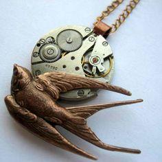 Fio curto retrofuturista (tom cobre) com andorinha em voo e mecanismo de relógio vintage de 17 rubis.