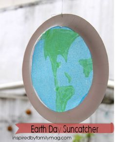 Earth Day Kid Activity: Earth Suncatcher - the contact paper makes this craft so easy to make!