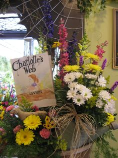 Charlotte Web baby shower flowers. Good idea
