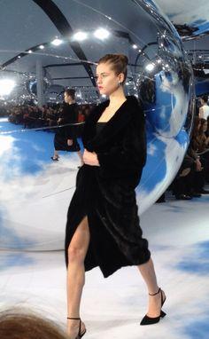 Manteau en vison lustré noir sur body en laine noire au défilé #Dior #PFW