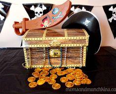 Cofres llenos de monedas de chocolate para los centros de mesa
