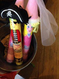 Pink lemonade for girls, of course; pirate lemonade for boys (thanks @vickyherbel!)