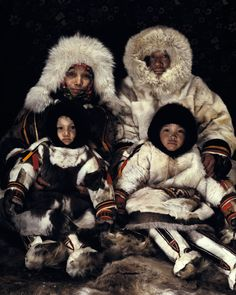 The Nenets still rely on traditional clothingsewn by the women. The women wear a Yagushka which has a double layerof around 8 reindeer skins. Both men andwomen wear hip-high reindeer skin bootsconsisting of an inner(tobaki) and outerboot (kisy).